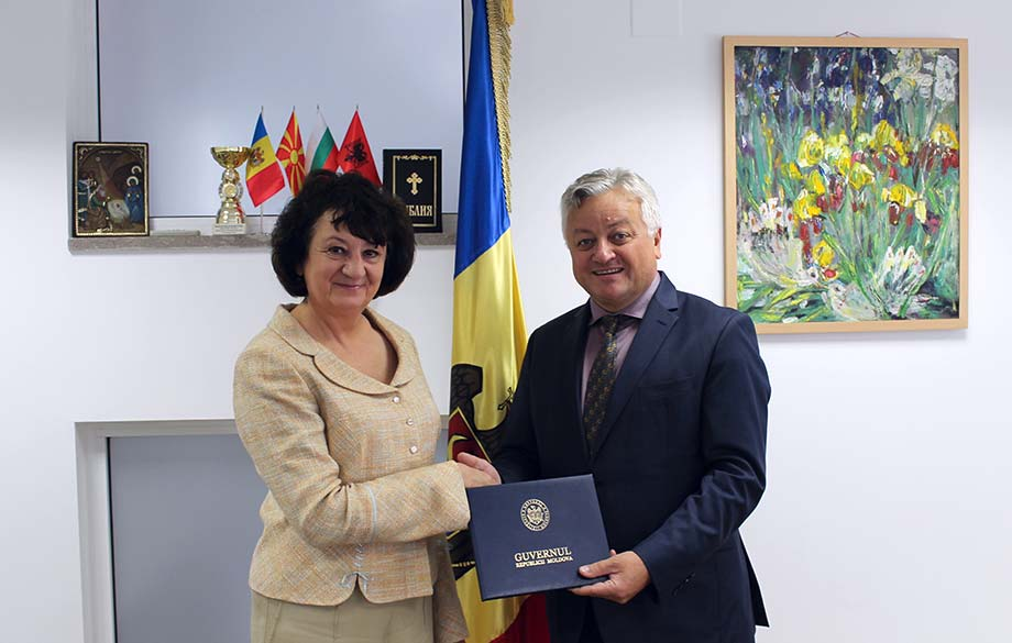 The Editor-in-Chief of Diplomatic Spectrum with an Award from the Moldovan Government