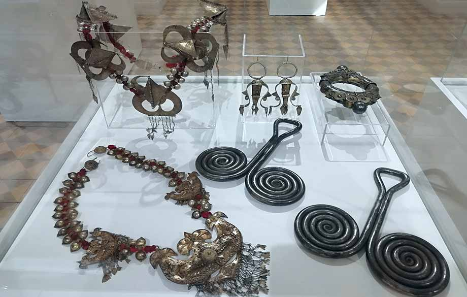 Synthesis. Indonesian and Bulgarian Textile, Jewellery and Artefacts